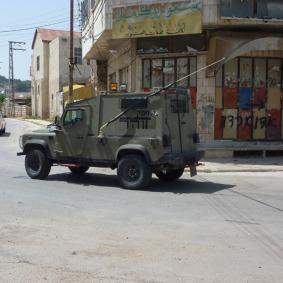 Patrouillen sieht man in Hebron zu jeder Zeit. Hier fährt ein israelischer Jeep in Richtung Shohada-Straße, dem Brennpunkt der Stadt und Ort zahlreicher Auseinandersetzungen.