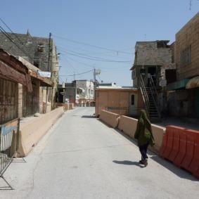 Mädchen vor einem Checkpoint in Hebron, Foto: Jeremias Eichler