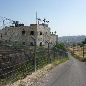 Trennzaun zwischen Kiryat Arba und dem arabischen Hebron, Foto: Jeremias Eichler